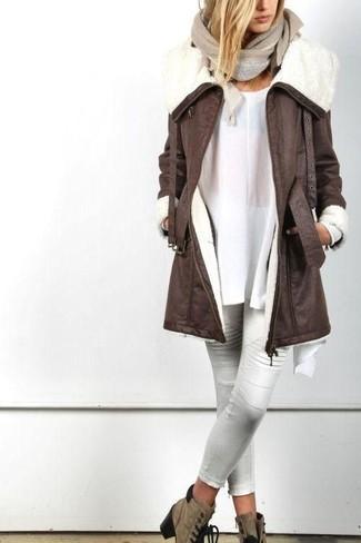 Outfits mujeres en invierno 2021: Empareja un abrigo de piel de oveja en marrón oscuro junto a unos pantalones pitillo de cuero blancos para lograr un look de vestir pero no muy formal. Botines con cordones de ante marrónes son una opción incomparable para complementar tu atuendo. Si tu en busca de un atuendo apropriado para tus jornadas de invierno, esta es una idea para ti.