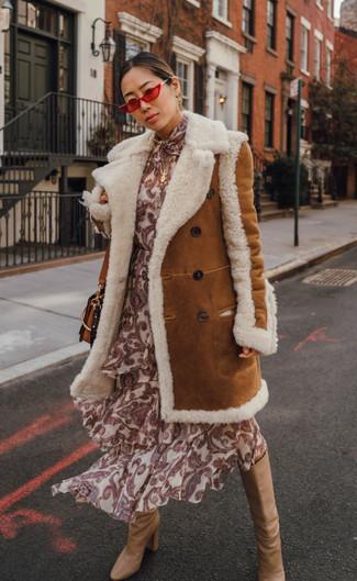 Cómo combinar: abrigo de piel de oveja en tabaco, vestido midi de seda estampado en beige, botas de caña alta de cuero marrón claro, bolso bandolera de cuero en tabaco