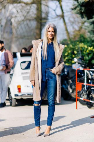 Cómo combinar: abrigo de piel en beige, camisa vaquera azul marino, vaqueros pitillo desgastados azules, zapatos de tacón de cuero con print de serpiente en beige