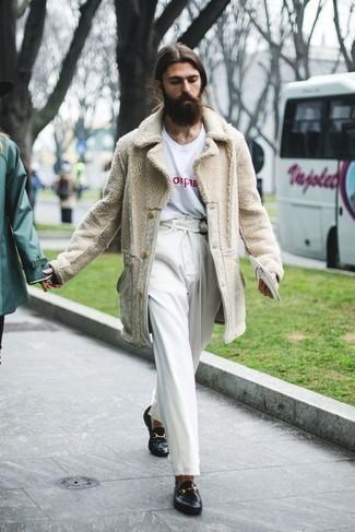 Cómo combinar un mocasín de cuero negro: Intenta ponerse un abrigo de piel en beige y un pantalón chino blanco para un look diario sin parecer demasiado arreglada. ¿Te sientes valiente? Completa tu atuendo con mocasín de cuero negro.