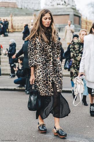 Cómo combinar: abrigo de piel de leopardo en beige, falda midi de malla negra, mocasín con plataforma de cuero negro, mochila con cordón de cuero negra