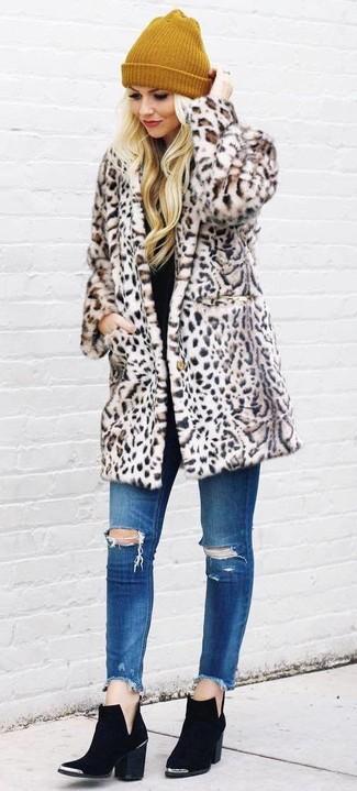 Cómo combinar: abrigo de piel de leopardo en beige, vaqueros pitillo desgastados azules, botines de ante negros, gorro mostaza