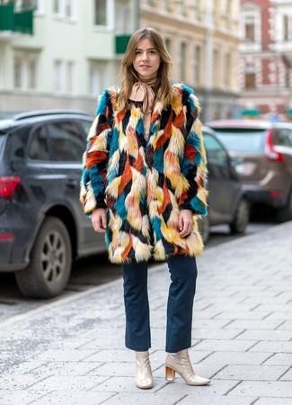 Cómo combinar: abrigo de piel en multicolor, blusa de manga larga en beige, vaqueros de campana azul marino, botines de cuero en beige