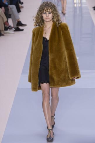 Cómo combinar: abrigo de piel en tabaco, vestido camisola negro, zapatos de tacón de cuero grises