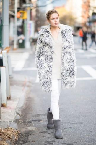 Cómo combinar: abrigo de piel gris, sudadera con capucha de punto en beige, vaqueros pitillo blancos, botas ugg grises