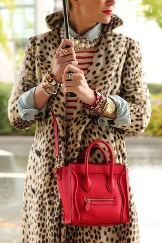 Cómo combinar: abrigo de piel de leopardo marrón claro, jersey con cuello circular de rayas horizontales en blanco y rojo, camisa vaquera celeste, bolso de hombre de cuero rojo