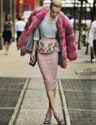 Cómo combinar: abrigo de piel rosa, jersey con cuello circular con adornos gris, falda lápiz de encaje rosada, sandalias de tacón de ante en violeta