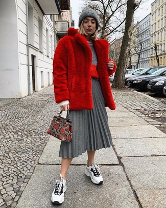 Cómo combinar: abrigo de piel rojo, jersey con cuello circular gris, falda midi plisada gris, deportivas en blanco y negro