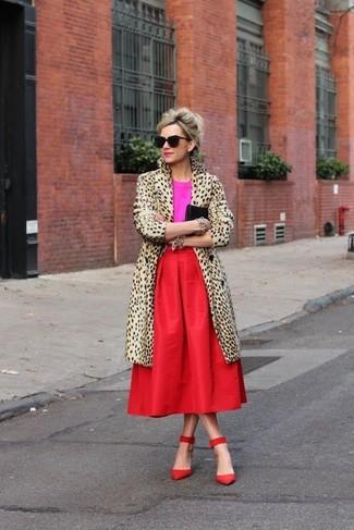 Cómo combinar un abrigo de piel en beige: Si buscas un estilo adecuado y a la moda, intenta ponerse un abrigo de piel en beige y una falda midi plisada roja. Zapatos de tacón de ante rojos son una opción atractiva para complementar tu atuendo.