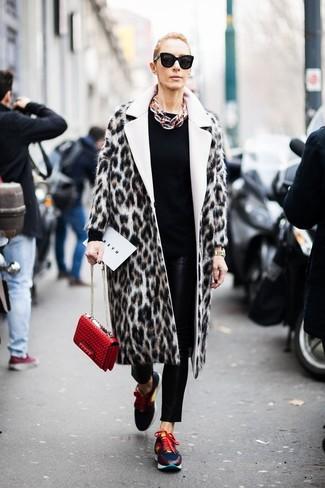Cómo combinar: abrigo de piel de leopardo en beige, jersey con cuello circular negro, pantalones pitillo de cuero negros, deportivas en multicolor