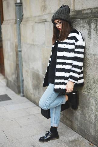 Cómo combinar: abrigo de piel de rayas horizontales en blanco y negro, jersey con cuello circular negro, vaqueros boyfriend celestes, zapatos oxford de cuero negros