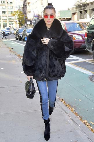 Cómo combinar: abrigo de piel negro, jersey con cuello circular negro, vaqueros azules, botines de terciopelo negros