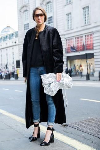 Cómo combinar: abrigo de piel negro, jersey con cuello circular negro, vaqueros azules, zapatos de tacón de cuero negros