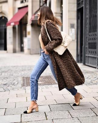 Cómo combinar unos zapatos de tacón de cuero en negro y marrón claro: Empareja un abrigo de piel de leopardo en marrón oscuro con unos vaqueros azules para lidiar sin esfuerzo con lo que sea que te traiga el día. Zapatos de tacón de cuero en negro y marrón claro son una opción buena para complementar tu atuendo.