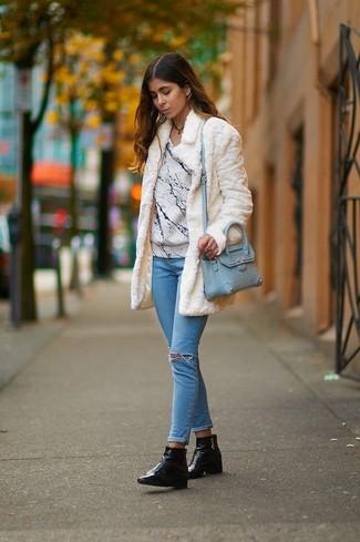 Cómo combinar: abrigo de piel blanco, jersey con cuello circular estampado blanco, vaqueros pitillo desgastados celestes, botines de cuero negros