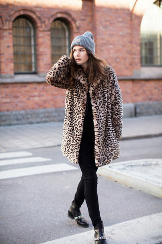 Cómo combinar: abrigo de piel de leopardo marrón claro, jersey con cuello circular negro, vaqueros pitillo negros, botines de cuero negros