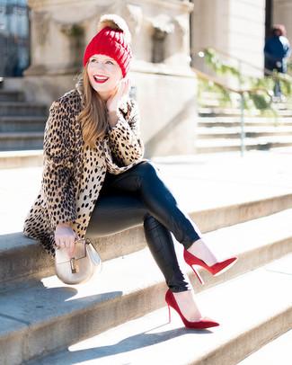 Cómo combinar: abrigo de piel de leopardo marrón claro, jersey con cuello circular en beige, vaqueros pitillo de cuero negros, zapatos de tacón de ante rojos