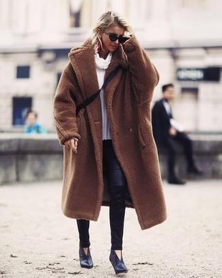 Cómo combinar: abrigo de piel marrón, jersey con cuello vuelto holgado blanco, leggings de cuero negros, botines de cuero negros