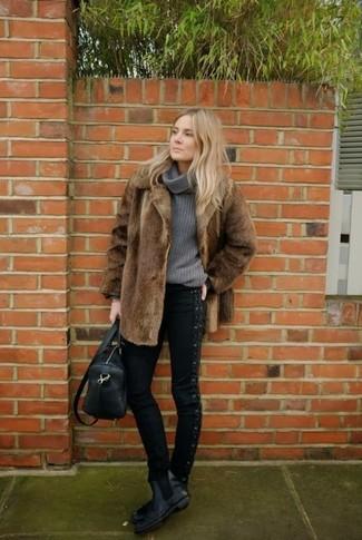 Cómo combinar: abrigo de piel marrón, jersey con cuello vuelto holgado gris, vaqueros pitillo negros, botines chelsea de cuero negros