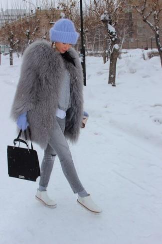 Cómo combinar unos pendientes celestes: Intenta combinar un abrigo de piel gris junto a unos pendientes celestes para crear una apariencia elegante y glamurosa. Complementa tu atuendo con botines chelsea de cuero blancos.