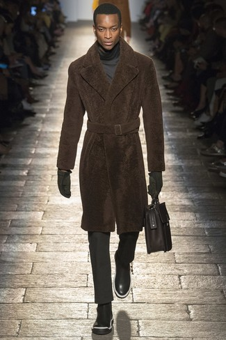 Equípate un abrigo de piel junto a un pantalón de vestir negro para una apariencia clásica y elegante. Botines chelsea de cuero negros añadirán interés a un estilo clásico.