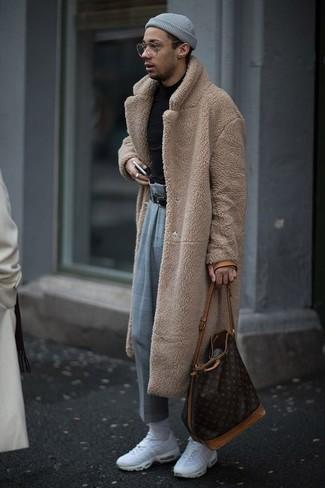 Cómo combinar: abrigo de piel marrón claro, jersey de cuello alto negro, pantalón de vestir de tartán gris, deportivas blancas