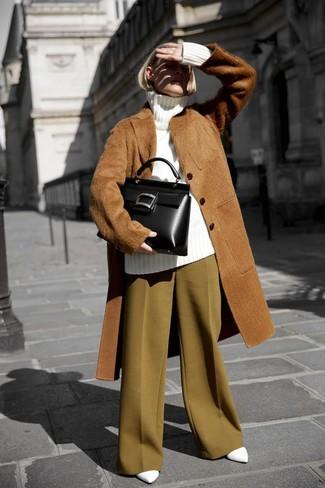 Cómo combinar: abrigo de piel marrón, jersey de cuello alto de lana de punto blanco, pantalones anchos mostaza, zapatos de tacón de cuero blancos