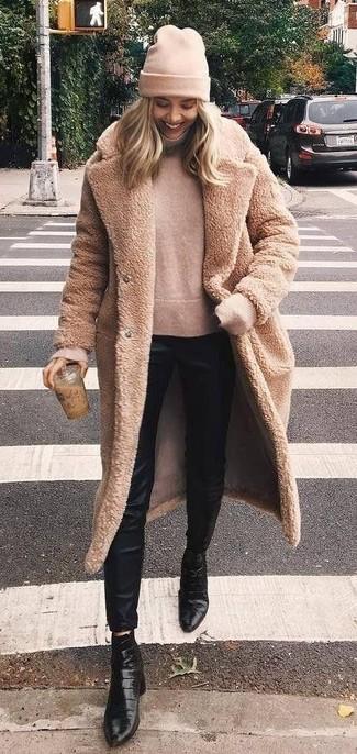 Cómo combinar: abrigo de piel marrón claro, jersey de cuello alto en beige, pantalones pitillo de seda negros, botines de cuero negros