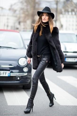 Cómo combinar unos pantalones pitillo de cuero negros con un jersey ... dd10b1c428fd