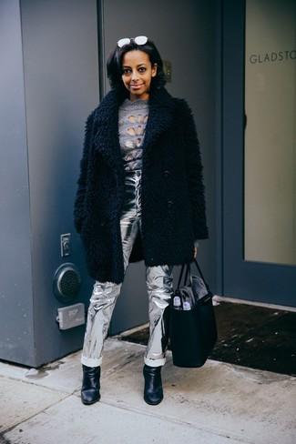 Cómo combinar: abrigo de piel negro, jersey de cuello alto gris, vaqueros de cuero plateados, botines de cuero negros