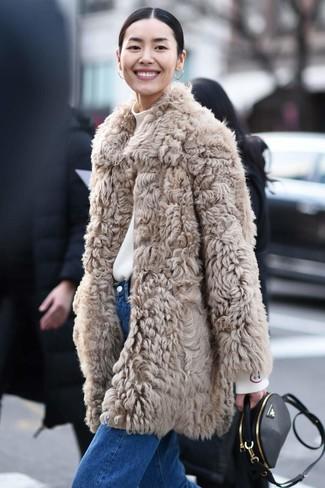 Cómo combinar: abrigo de piel en beige, jersey de cuello alto blanco, vaqueros azules, bolso bandolera de cuero negro