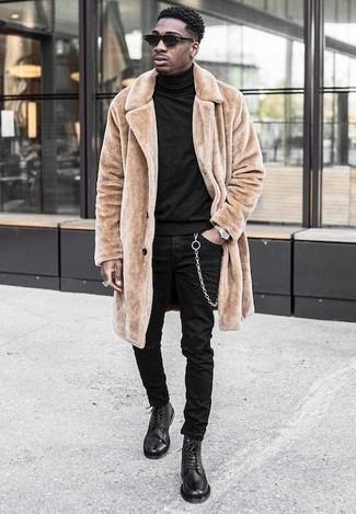 Outfits hombres: Para un atuendo tan cómodo como tu sillón opta por un abrigo de piel marrón claro y unos vaqueros desgastados negros. Complementa tu atuendo con botas casual de cuero negras para mostrar tu inteligencia sartorial.