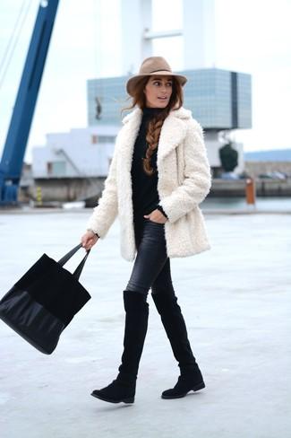 Cómo combinar: abrigo de piel blanco, jersey de cuello alto negro, vaqueros pitillo negros, botas sobre la rodilla de ante negras