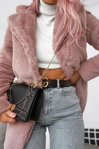 Cómo combinar: abrigo de piel rosado, jersey de cuello alto de punto blanco, vaqueros pitillo grises, bolso bandolera con adornos negro
