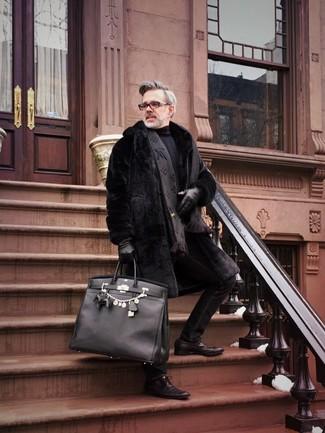 Cómo combinar: abrigo de piel negro, jersey de cuello alto negro, vaqueros pitillo negros, zapatos derby de cuero en marrón oscuro