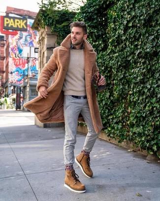 Cómo combinar unas botas de trabajo de cuero marrón claro: Para crear una apariencia para un almuerzo con amigos en el fin de semana utiliza un abrigo de piel marrón claro y un pantalón chino gris. ¿Quieres elegir un zapato informal? Usa un par de botas de trabajo de cuero marrón claro para el día.