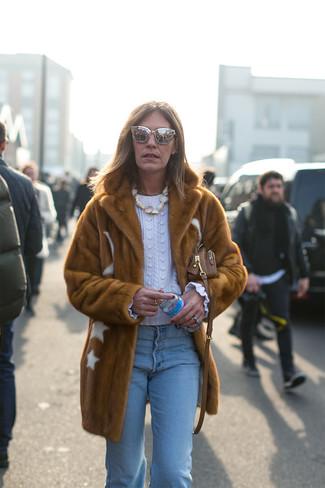 Moda para mujeres de 50 años en invierno 2020: Si buscas un estilo adecuado y a la moda, intenta combinar un abrigo de piel marrón con unos vaqueros celestes. Este look es una solución excelente si tu en busca de un look invernal.