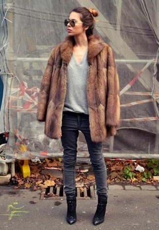 Usa un abrigo de piel marrón y unos vaqueros gris oscuro para después del trabajo. Botines de ante bordados negros son una sencilla forma de complementar tu atuendo.