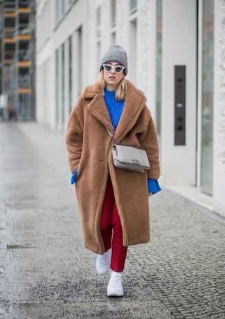 Cómo combinar un bolso bandolera de cuero acolchado en beige: Ponte un abrigo de piel marrón y un bolso bandolera de cuero acolchado en beige para conseguir una apariencia relajada pero chic. Si no quieres vestir totalmente formal, opta por un par de deportivas blancas.