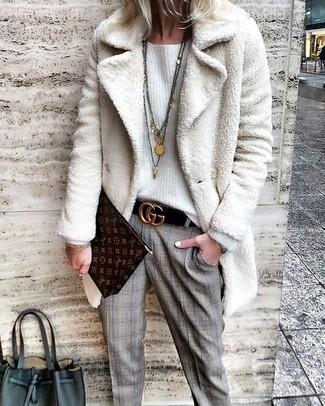 Cómo combinar: abrigo de piel blanco, jersey oversized blanco, pantalón de vestir de tartán gris, cartera sobre de cuero estampada en marrón oscuro