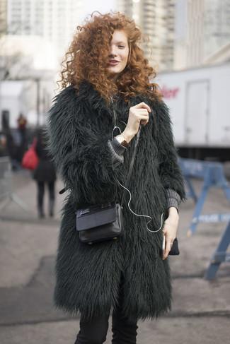 Cómo combinar: abrigo de piel verde oscuro, jersey oversized de punto gris, pantalones pitillo negros, bolso bandolera de cuero negro
