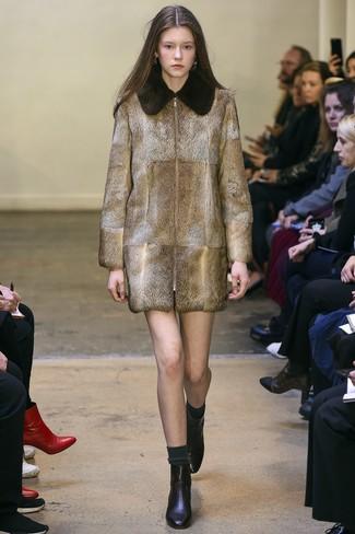 Cómo combinar: abrigo de piel marrón, botines de cuero negros, calcetines en gris oscuro