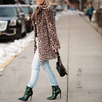 Cómo combinar: abrigo de piel de leopardo marrón claro, vaqueros desgastados celestes, botines de cuero verde oscuro, cartera de cuero negra