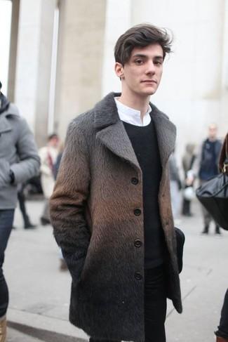 Cómo combinar: abrigo de piel marrón, jersey con cuello circular negro, camisa de manga larga blanca, pantalón chino negro