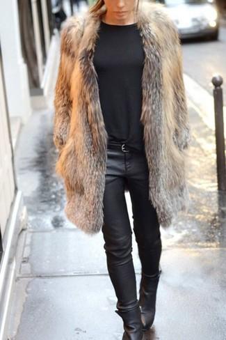 Cómo combinar: abrigo de piel marrón, jersey con cuello circular negro, vaqueros pitillo de cuero negros, botines de cuero negros
