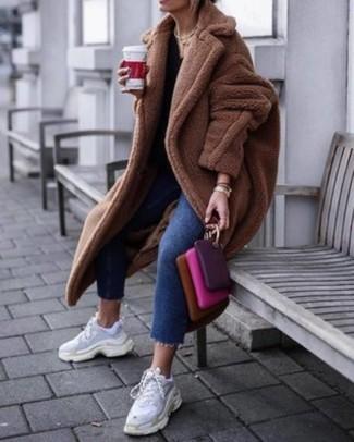 Cómo combinar: abrigo de piel marrón, vaqueros azules, deportivas blancas