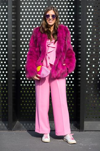 Cómo combinar: abrigo de piel rosa, mono rosado, tenis de cuero blancos, cartera sobre de cuero rosada