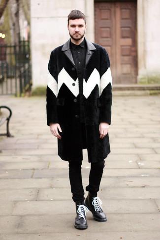 Cómo combinar: abrigo de piel negro, camisa de vestir negra, vaqueros pitillo negros, botas casual de cuero en negro y blanco