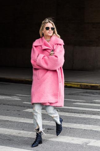 Cómo combinar: abrigo de piel rosa, vaqueros desgastados celestes, botines de satén azul marino