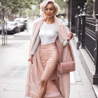 Cómo combinar: abrigo de piel rosado, jersey con cuello circular blanco, falda lápiz de cuero rosada, bolso bandolera de cuero acolchado rosado